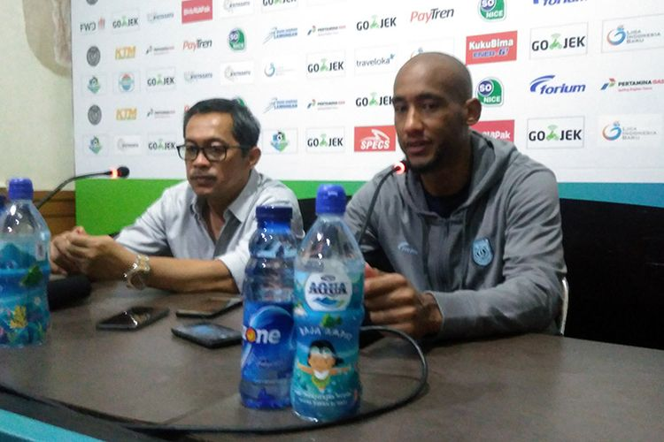 Pelatih Persela Lamongan Aji Santoso (kiri) dan Loris Arnaud usai laga kontra Bhayangkara FC, Minggu (16/9/2018).