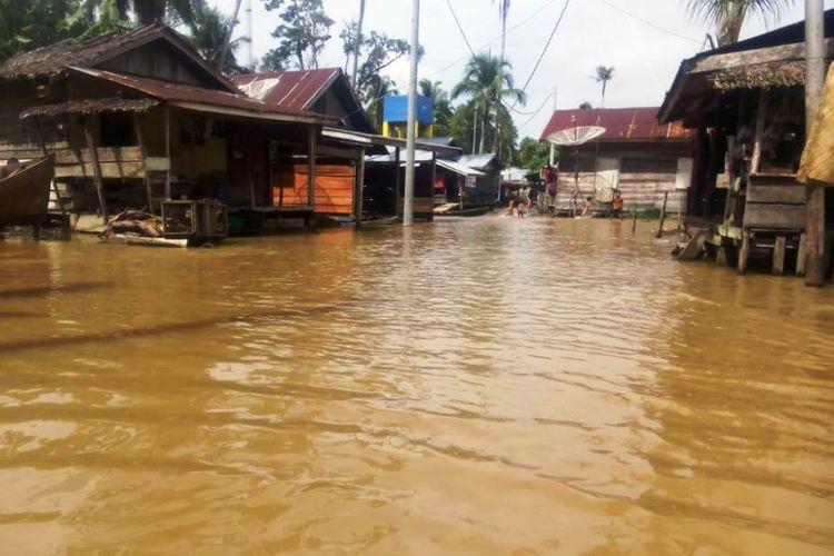 Banjir merendam pemukiman penduduk di Desa Teluk Rumbia, Kecamatan Singkil, Kabupaten Aceh Singkil, Minggu (14/10/2018)