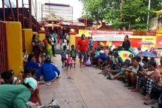 Sehari Jelang Imlek, Pengemis Padati Vihara Dharma Bhakti