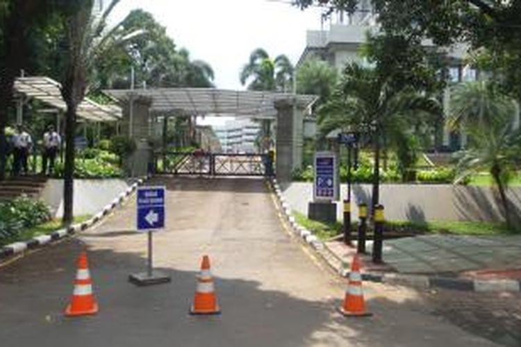 Sejumlah gedung di Jalan Gatot Subroto memilih menutup akses pintu utamanya setelah ada ledakan di Sarinah, Kamis (14/1/2015).