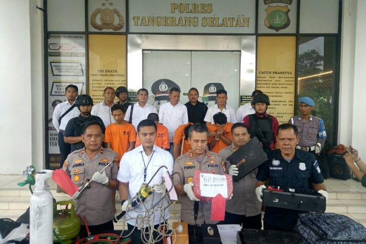 Jajaran Polres Tangerang Selatan menangkap komplotan pembobol ATM yang melarikan diri usai beraksi di minimarket kawasan Pondok Kacang, Pondok Aren, Tangerang Selatan, Jumat (6/12/2019) lalu.   Para pelaku yakni berinisial IE (27), RA (23) dan R (22).