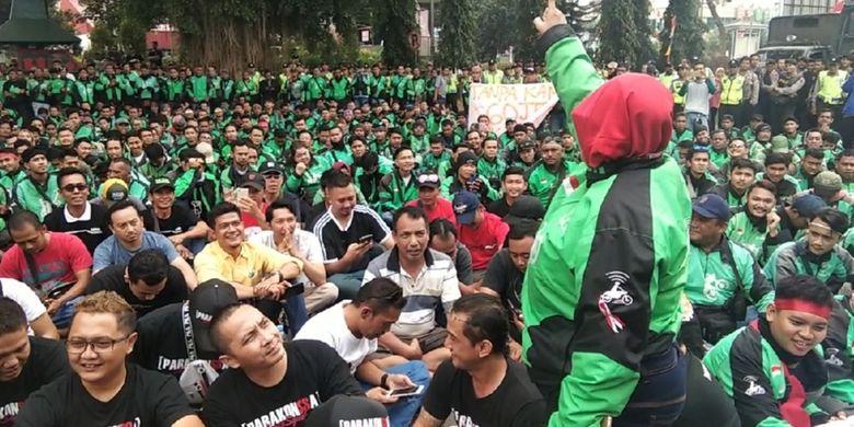 Massa pengemudi ojol dan taksi online mendatangi Pendopo Wakil Bupati Banyumas di Purwokerto, Jawa Tengah, Kamis (22/8/2019).