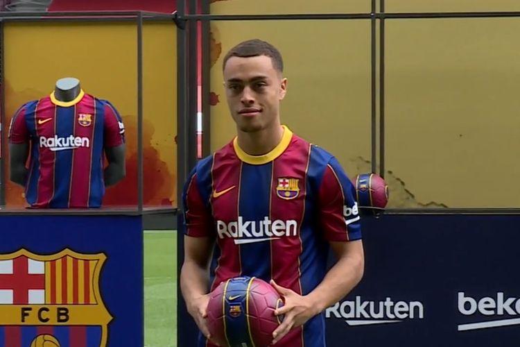 Sergino Dest saat diperkenalkan Barcelona di Stadion Camp Nou, Jumat (2/10/2020)