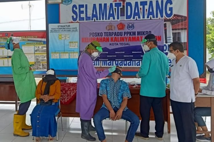 Pengusaha Warteg yang baru pulang ke kampung halaman menjalani tes swab antigen di Posko PPKM Kelurahan Kalinyamat Kulon, Margadana, Kota Tegal, Jawa Tengah, Rabu (28/4/2021).
