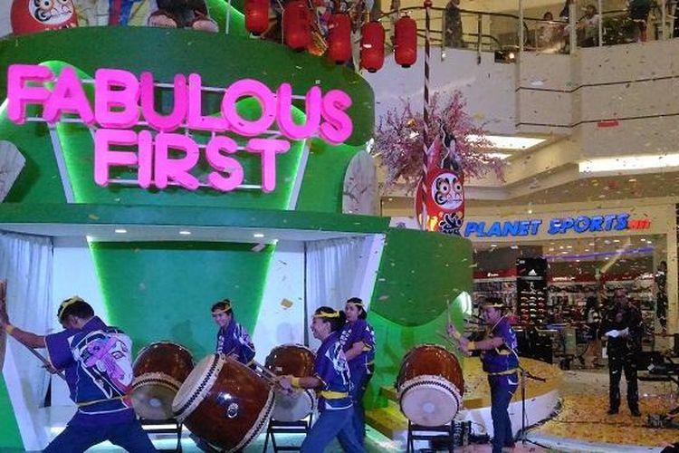 Tarian tradisional Jepang bernama Taiko  yang menggunakan atribut drum jadi salah satu atraksi pembukaan seremoni Perayaan Satu Tahun AEON Mall BSD City, Serpong, Jumat (20/5/2016)