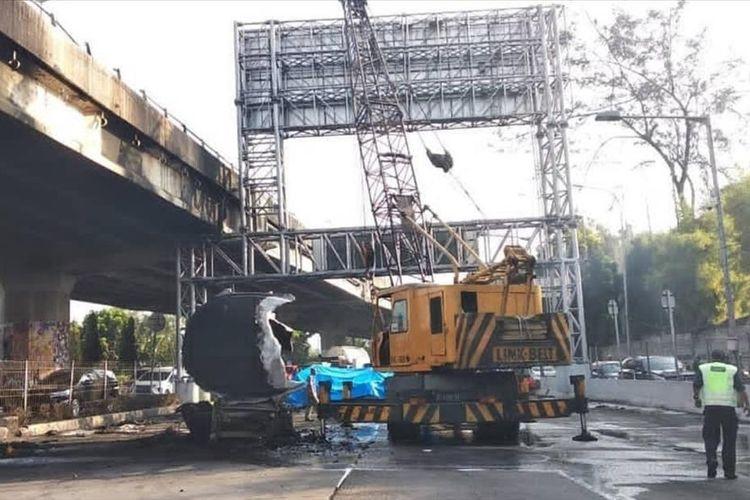 Ada Evakuasi Kepala Truk Pertamina yang Terbakar, Arus Lalu Lintas Jalan Jendral Ahmad Yani, Rawamangun, Jakarta Timur Arah Cawang Padat, Minggu (21/7/2019).