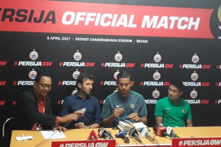 Pelatih Timnas Indonesia U-22, Luis Milla (2 dari kiri), dalam jumpa pers usai laga melawan Persija Jakarta di Stadion Patriot, Bekasi, Rabu (5/4/2017).