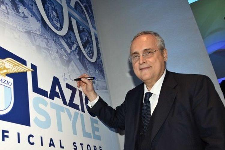 Presiden Lazio, Claudio Lotito, menandatangani banner di toko merchandise resmi klub yang terletak di Roma, 3 Desember 2019.