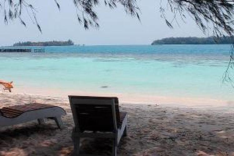 Seorang wisatawan menikmati ketenangan pantai Pulau Sepa, salah satu pulau resor di Kepulauan Seribu, Jakarta, Rabu (7/10/2015). Ketenangan dan alam pantai yang asri adalah nilai lebih yang bisa diperoleh di pulau-pulau resor.