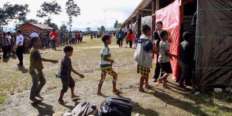 Dengan material seadanya, sekolah darurat dibangun Februari silam. Sepekan setelah dibangun, anak-anak pengungsi mulai bersekolah.
