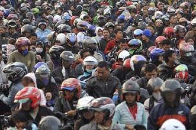 Ribuan pemudik bermotor memadati Pelabuhan Merak, Banten, Sabtu (27/8/2011), saat menunggu giliran naik kapal feri yang akan membawa mereka menyeberang ke Bakaheuni, Lampung. | KOMPAS/IWAN SETIYAWAN