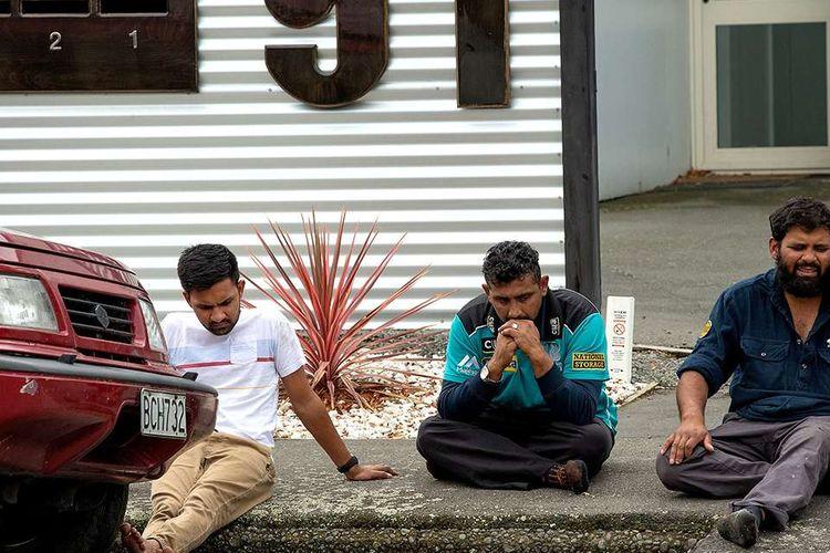 Ketegangan terlihat di luar Masjid Al Noor, Kota Christchurch, Selandia Baru, menyusul insiden penembakan di masjid tersebut, Jumat (15/3/2019). Perdana Menteri Selandia Baru, Jacinda Ardern, dalam keterangannya mengatakan, sedikitnya 40 orang tewas dan 20 lainnya luka parah dalam serangan teror tersebut.