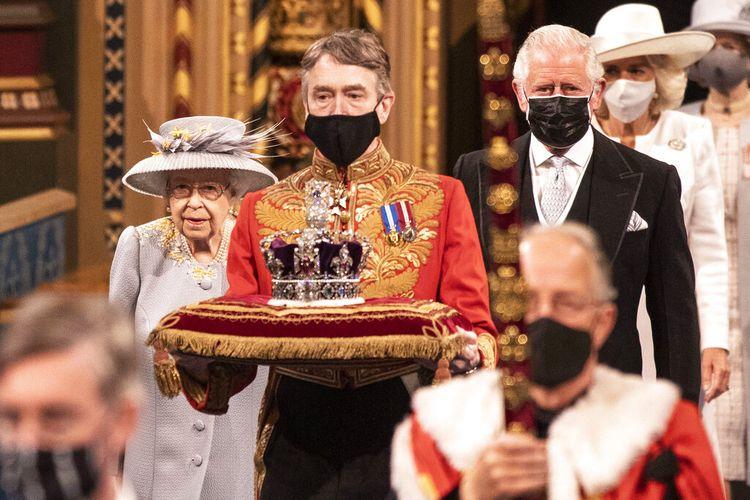 Ratu Elizabeth II Inggris, bersama Pangeran Charles, sebelum menyampaikan pidato di House of Lords selama Pembukaan Parlemen di Istana Westminster di London, Selasa 11 Mei 2021.