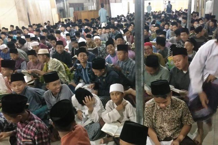 Santri Pondok Pesantren Attaujieh Al Islamy Dusun Leler, Desa Randegan, Kecamatan Kebasen, Kabupaten Banyumas, Jawa Tengah, menggelar tadarus Alquran, Selasa (6/8/2019) malam.