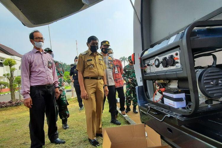 Plt Wali Kota Tasikmalaya Muhammad Yusuf, meninjau mobil ambulans PMI yang baru diterima bantuan dari BJB di Bale Kota Tasikmalaya, Senin (14/6/2021).