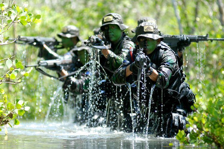 Prajurit pasukan khusus Intai Amfibi Marinir TNI AL melakukan Swamp Forest Patrol atau patroli dalam rawa kawasan hutan bakau Parang Kursi, Lampon, Pesanggaran, Banyuwangi, Jawa Timur, Rabu (8/4). Latihan tersebut merupakan bagian dari Latihan Standar Kemampuan Perorangan Dasar (SKPD) dan Latihan Standar Kemampuan Perorangan Lanjutan (SKPL), yang terdiri dari menembak reaksi dan barikade, menembak tempur offensif serta melaksanakan patroli intai tempur dan taktik kondisi tertentu. ANTARA FOTO/M Risyal Hidayat/ss/ama/15