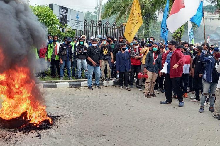 Mahasiswa membakar ban depan gerbang Kantor DPRD Kaltim Jalan Teuku Umar, Samarinda, Kaltim, Kamis (8/10/2020).