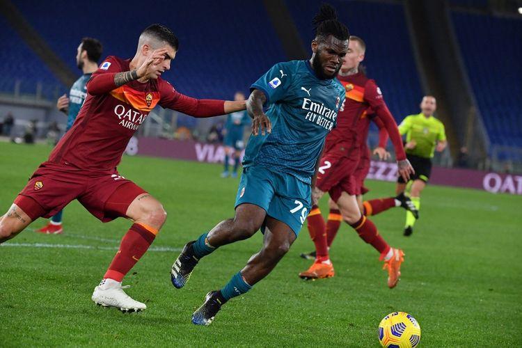 Franck Kessie (kanan) berebut bola dengan Gianluca Mancini dalam pertandingan AS Roma vs AC Milan pada pekan ke-24 Liga Italia Serie A 2020-2021 yang digelar di Stadion Olimpico, Roma, Minggu (28/2/2021) malam waktu setempat.