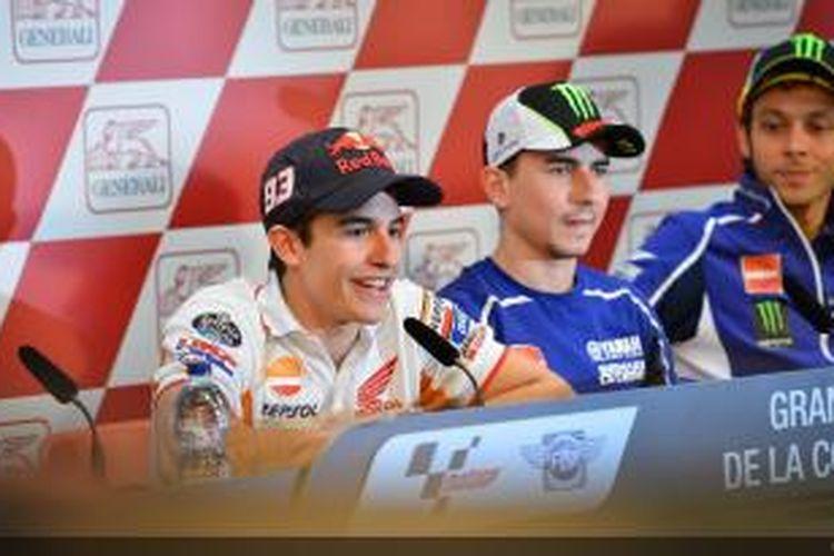 Pebalap Repsol Honda asal Spanyol, Marc Marquez (kiri) memberikan keterangan pers sebelum sesi latihan bebas pertama GP Valencia dimulai, Kamis (7/11/2013).