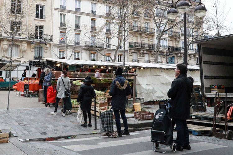 Warga menjaga jarak aman saat mengantre berbelanja di Paris, 21 Maret 2020. Menjaga jarak aman antar warga merupakan salah satu cara yang dianjurkan untuk mencegah penyebaran virus corona.