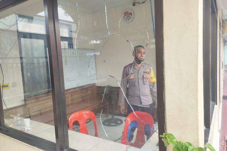 Kondisi pos jaga Mapolres Tarakan Kaltara pasca dirusak oleh MH (45). MH disinyalir memiliki kebencian mendalam kepada petugas polisi