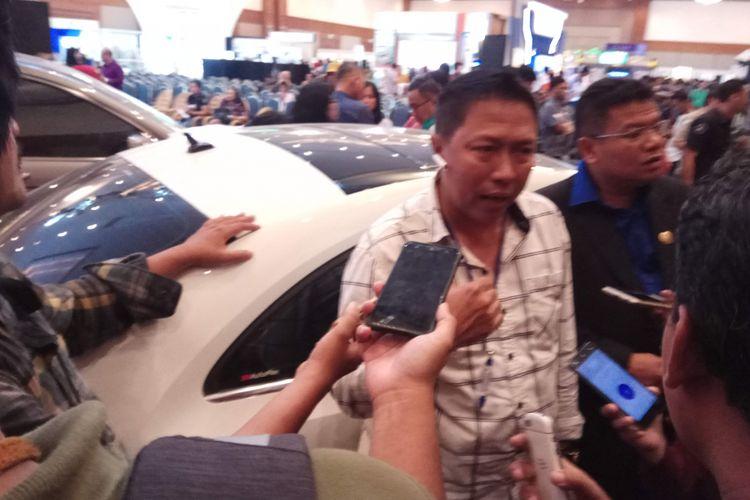 Jupri, pria asal Surabaya, Jawa Timur yang berhasil memenangkan lelang jenis mobil Volkswagen Beetle pada lelang hasil sitaan KPK yang digelar di Jakarta Convention Center, Jakarta Pusat, Jumat (22/9/2017).