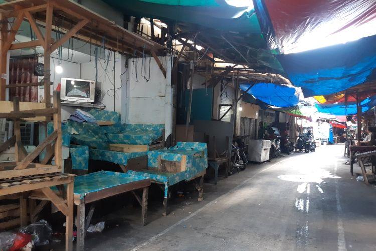 Suasanan Pasar Bambu Kuning di Sunter, Tanjung Priok, Jakarta Utara yang ditutup akibat adanya dua pedagang yang positif Covid-19