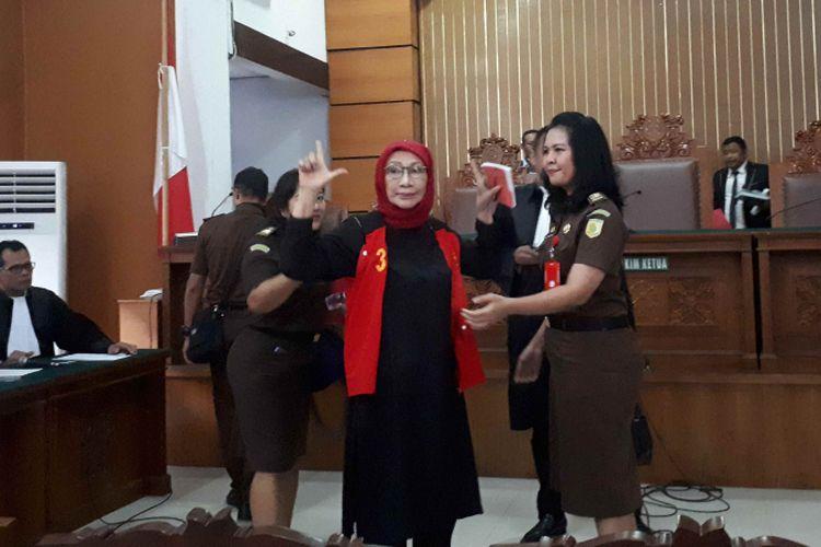 Terdakwa kasus penyebaran berita bohong atau hoaks, Ratna Sarumpaet mengacungkan jari seusai sidang penyampaian eksepsi atau nota keberatan di Pengadilan Negeri Jakarta Selatan, Rabu (6/3/2019).