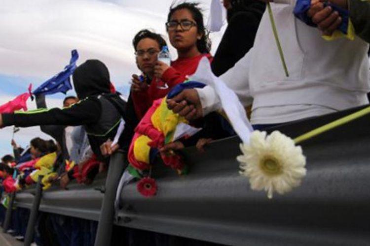 Ribuan warga Meksiko bergandengan tangan membentuk pagar manusia yang memanjang di sepanjang perbatasan Meksiko dan Amerika Serikat, Jumat waktu setempat.