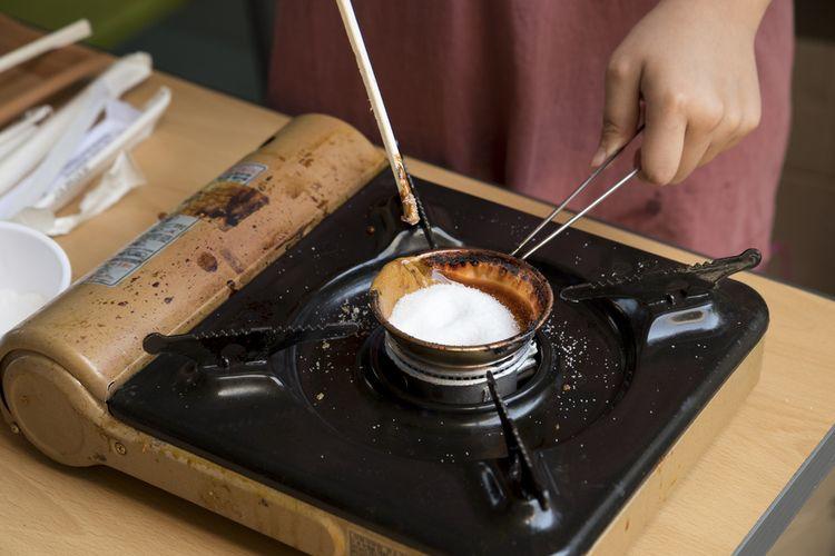 Proses pembuatan dalgona atau ppopgi, permen khas Korea