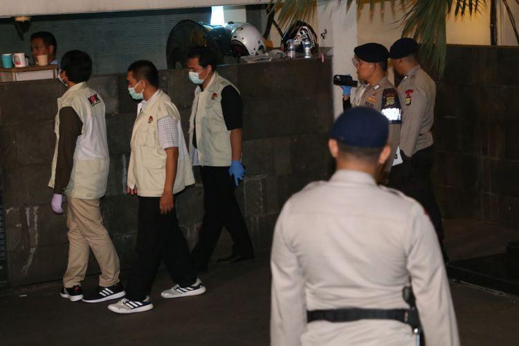 Penyidik KPK memeriksa di sekitar rumah Ketua DPR Setya Novanto di Jalan Wijaya XIII, Jakarta Selatan, Rabu (15/11/2017). Komisi Pemberantasan Korupsi (KPK) menyambangi rumah Ketua DPR Setya Novanto sejak pukul 21.40 WIB.