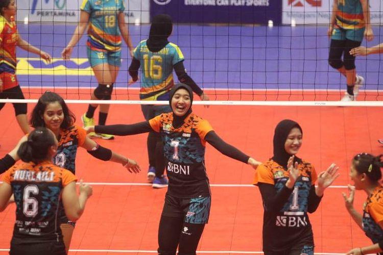 Tim putri Jakarta BNI 46 tampil prima saat meladeni perlawanan Jakarta Elektrik PLN dalam pertandingan seri ketiga Proliga 2019. Bermain di  Sritex Arena, Solo, Jumat 25 Januari 2019 malam WIB, Lindsay Stalzer dan kawan-kawan menang tiga set langsung dengan skor 3-0.