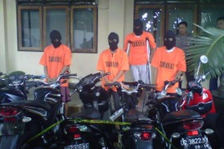 Empat pelaku pencurian sepeda motor bersama barang curian saat berada di Mapolres Kota Yogya