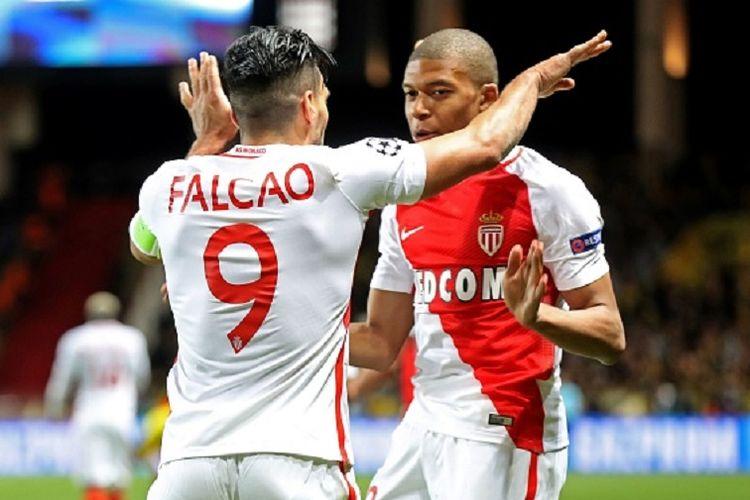Dua penyerang AS Monaco, Radamel Falcao dan Kylian Mbappe, tengah merayakan gol ke gawang Borussia Dortmund pada pertandingan perempat final Liga Champions di Stade Louis II, Rabu (19/4/2017).