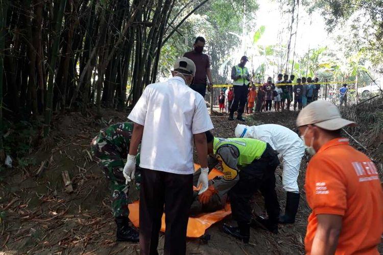 Evakuasi penemuan jasad laki-laki tergeletak di pinggir sungai, Desa Geyer, Kecamatan Geyer, Kabupaten Grobogan, Jawa Tengah, Rabu (6/5/2020).