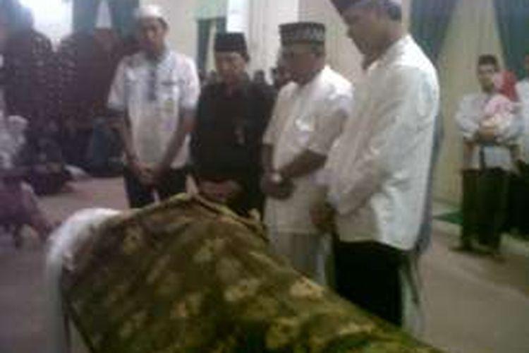 Gubernur Jateng, Ganjar Pranowo saat takziah almarhum Bupati Demak,  Moh. Dachirin Said ,di Pendopo Demak, Sabtu (13/2/2016).