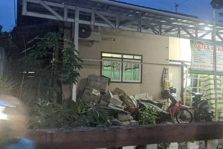 Anggota Densus 88 menggeledah rumah di Jalan Kenanga, Kelurahan Sumampir, Kecamatan Purwokerto Utara, Kabupaten Banyumas, Jawa Tengah, Jumat (2/3/2021) sore.