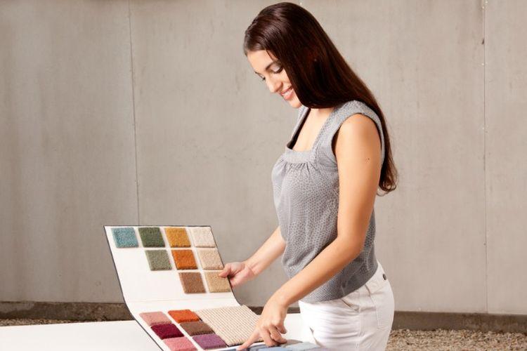 Memilih warna cat rumah.