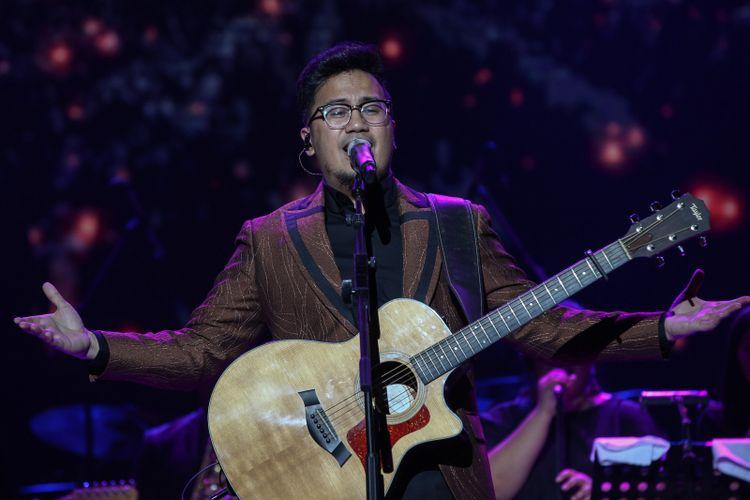 Penyanyi Aderaprabu Lantip Trengginas alias Adera (33) dalam konser Harmonia Titik Balik yang digelar di Balai Sarbini, Plaza Semanggi, Jakarta Pusat, Kamis (14/2/2019).