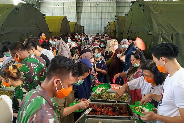 Sejumlah Warga Negara Indonesia (WNI) yang dievakuasi dari Wuhan, China mengambil makan di pusat observasi di Hanggar Pangkalan Udara TNI AU Raden Sadjad, Ranai, Natuna, Kepulauan Riau, Rabu (12/2/2020). Menurut Sekretaris Ditjen Pencegahan dan Pengendalian Penyakit Kemenkes, Dr Achmad Yurianto, 238 WNI tersebut akan kembali ke daerahnya masing-masing sesuai dengan perhitungan 14 hari masa observasi yakni pada Minggu (16/2/2020) mendatang. ANTARA FOTO/PUSPEN TNI/mrh/ama.