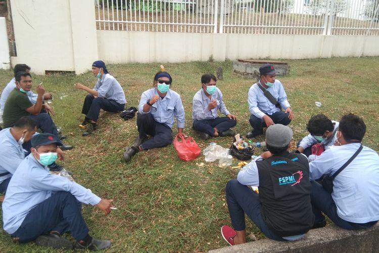 Sejumlah pekerja di KIIC, Karawang tengah melakukan aksi mogok kerja, Selasa (6/10/2020).