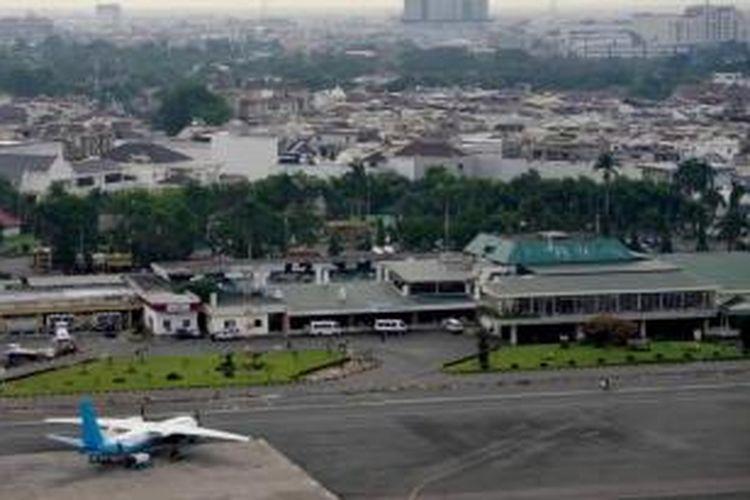 Bandara Polonia yang berdekatan dengan permukiman di Kota Medan, Sumatera Utara, Sabtu (28/4/2012). Bandara Polonia yang resmi dibuka tahun 1928 dan saat ini kondisinya tidak mendukung sebagai bandara internasional. Bandara digantikan Bandara Internasional Kualanamu di Deli Serdang.