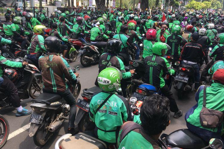 Sejumlah driver ojek online demo di depan Istana Negara, Jakarta, Selasa (27/3/2018).
