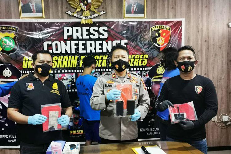 Kapolsek Kalideres (tengah) Kompol Slamet Riyadi dalam konferensi pers pengungkapan penangkapan dua orang jambret yang beraksi di Kamal, Kalideres. Konferensi pers dilaksanakan di Polsek Kalideres pada Senin (18/1/2021).