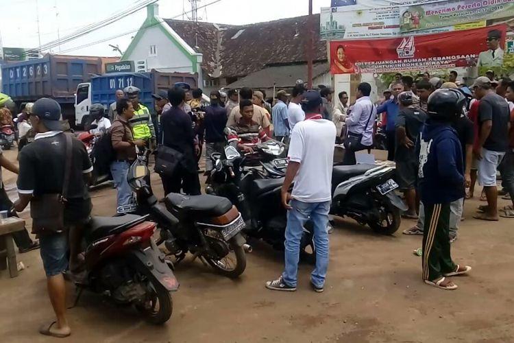 Warga menutup akses jalan truk pengangkut tanah proyek jalan Tol Pemalang-Batang di Pertigaan Jalan Sragi, Pekalongan, Jawa Tengah, Kamis (16/3/2017).