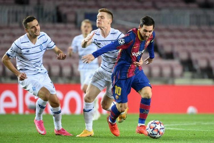 Aksi Lionel Messi (kanan) pada laga ketiga Grup G Liga Champions yang mempertemukan Barcelona vs Dynamo Kiev di Stadion Camp Nou, Kamis (5/11/2020) dini hari WIB.