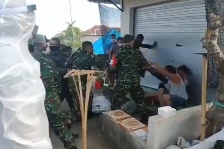 Sejumlah TNI terlihat sedang melakukan pemukulan terhadap warga di Desa Sidetapa, Kecamatan Banjar, Kabupaten Buleleng, Bali.