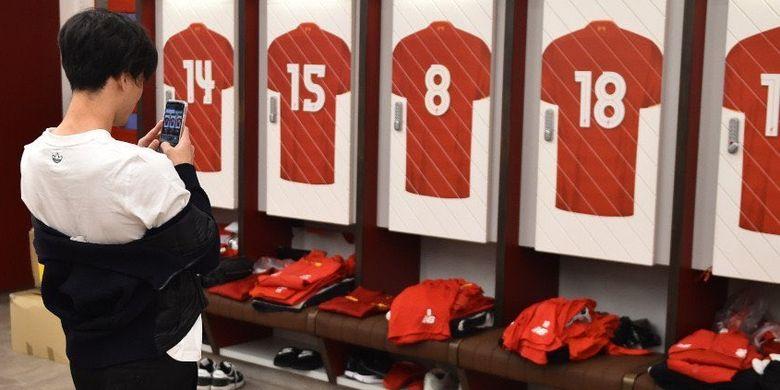 Pemain baru Liverpool, Takumi Minamino, mengambil foto di ruang ganti The Red.