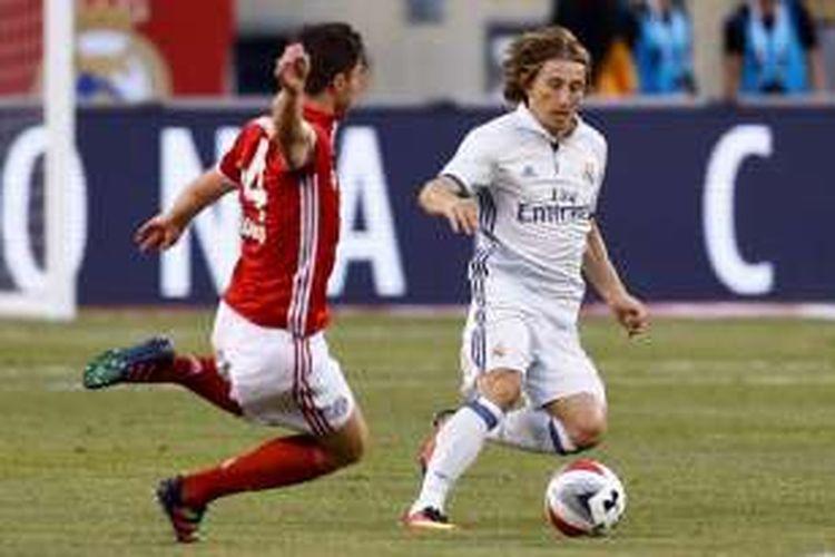 Xabi Alonso (kiri) dan Luka Modric berduel saat Bayern Muenchen melawan Real Madrid pada partai International Champions Cup (ICC) di Stadion MetLife, Rabu (3/8/2016) waktu setempat atau Kamis pagi WIB.