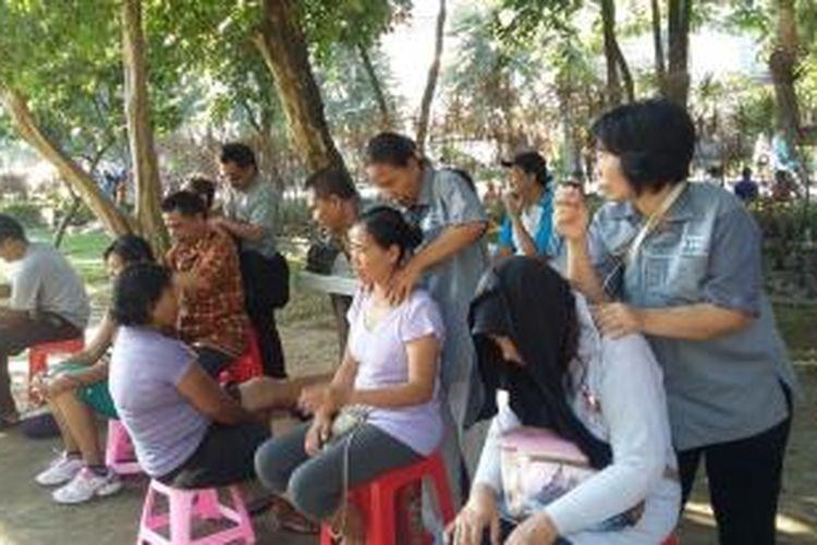 Penyandang Disabilitas khusus Tuna Netra menggelar pijat refleksi di lapangan Renon Denpasar